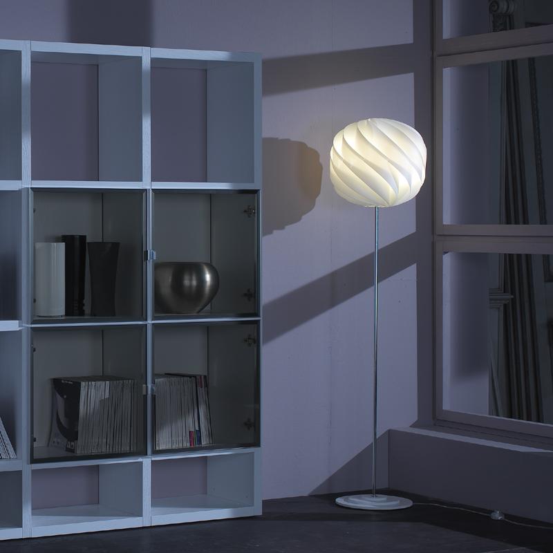 lampada a terra di design globe